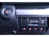 プッシュスタートエンジンです。ボタンひとつでエンジンをオン、オフできます。アイサイト、車線逸脱防止、アイドリングストップ、横滑り防止の機能を任意でオン、オフ設定できます。トランクのボタンもこちらです。