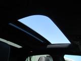 サンルーフ装備車。解放感があり、車内が明るく、広く感じます。