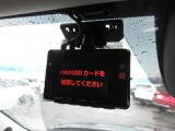 市販品のドライブレコーダーを装着。実はリアにもカメラがある、前後2カメラのモデルです。