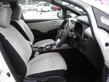 ベージュで落着きのあるシート、シートリフターが付いておりますので、小柄な女性の方でも安心して運転することができます。