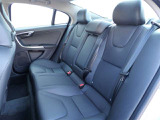 後席シートも十分な空間をご用意。ご家族様皆様でお出かけできます。