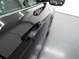 ドアハンドルは走行時に格納され、イヴォークの車体側面の空気流を妨げることのないデザイン。