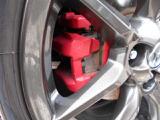 純正のアルミホイールに赤いブレーキキャリパーが決まっていますv^^v車高調の足回りも^^b