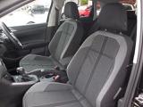 チタンブラックセラミックのシートはセミバケットタイプのデザイン。硬めのシートはロングドライブでも疲れにくく快適なドライビングポジションを維持できます。安全性を一番に考慮された設計です。