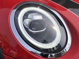 MINI伝統のアイコニックなデザインのLEDヘッドライト。