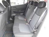 リーフの室内は、後席も余裕のスペースを確保。電気自動車ならではの静粛性と併せて、快適な空間を提供します。
