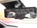 スマートルームミラー:後席乗員ヘッドレスト荷物が写り込み見えにくくなりがちな後方視界。後方カメラ映像をミラー面に写します。車内状況や天候に左右されず夜間カメラ感度up