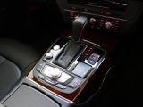 ナビゲーションの操作をはじめ、車両の設定など様々な操作を一括して行うMMI。操作に慣れるとお手元を見なくても直感的に操れます。