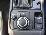 回転/チルト/プッシュ操作が可能なロータリースイッチとボタンを組み合わせたユニットで、ディスプレイに表示されるすべての項目を操作できます。