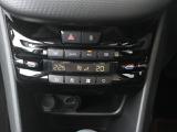 オートエアコンは左右別で温度調節可能。フランスの国旗のようなボタンがスタイリッシュです