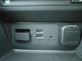 CD&DVDスロットにUSB端子2個、AUX端子があります。