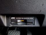 ETCとは、 Electronic Toll Collection System の略で、高速道路の利用時に料金所の通過をスムーズに行うために自動で料金を精算するシステムのことです。