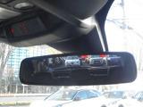 夜間など後続車のヘッドライトの眩しさを自動的に軽減する自動防眩ミラー。
