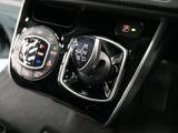 ドライバーの操作しやすい位置に、軽い力でシフトチェンジできる電子制御式シフトレバーを設定。シフトチェンジ後、シフトレバーは自動的にホームポジションに戻るので、次の操作が素早く行えます。