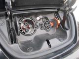 充電ポートの画像です。向かって左側の大きい方が急速充電用、右側の小さい方が普通充電用です。