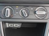 エアコン操作部はダイヤル式で見やすく、操作しやすいデザインです。