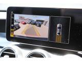 リアビューカメラに対応しております。ステアリングの切れ角をセンサーで感知し、画面に予測ラインを表示して後退時の運転操作をサポートします。