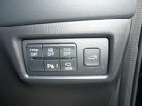 車線逸脱警報装置や横車線の後方から車を教えてくれる安全装備、それからパーキングセンサー等が装備されてます。