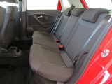 安全性にも配慮した後席シート:3つのヘッドレストを設けて、3人乗車時でも乗員の頭部をしっかり保護。