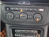運転席側、助手席側さらに後部座席空間の温度調整を独立して行える3ゾーンフルオートエアコン