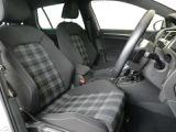 インテリア・シートカラーはブラック基調!チェック柄のシート座面が好印象!