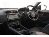 F-paceのシャーシーのサスペンションは、F-Typeのシステムをもとに、SUVの特性に合わせて最適化されたものです。