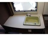 キッチンシンク完備。水はポリタンクから吸い上げ、別のポリタンクへ排水します。シンク下にポリタンクを置くスペースがあります。