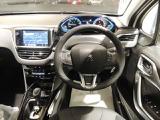 プジョー独自の設計思想が生み出した I-Cockpit は、車と人の直感的なコミュニケーションを実現するインターフェイスで、新しいドライビングプレジャーをもたらします。