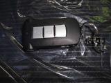 インテリジェントキー付き。キーを持っているだけで、ドアハンドル横のボタンを押すとドアの施錠・開錠が行えます。そのままキーが車内にあればエンジンを掛けることもでき、とても便利です。