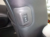 リアシートのヒータースイッチは助手席横側にあります。