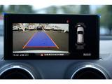 リヤビューカメラはステアリングの角度から経路を算出し、ディスプレイガイドラインを表示。前後バンパーに内蔵された超音波センサーが障害物を感知しMMIディスプレイに表示し駐車時の安全確認をサポートします。
