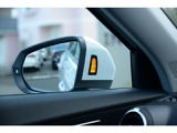 自車の左右後方から追い越そうとする自車の死角となる位置を走行する車両を左右のレーダーセンサーが感知し該当する側のエクステリアミラーに搭載されたLEDが点灯してドライバーに警告します。