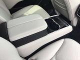 セカンドシートにもシートヒーターやカップホルダーが装備されてます