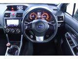 本革STIのロゴ入りが握りやすく操作しやすい設計がドライバーに安心化を与えてくれます