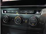 運転席側、助手席側の温度調整を独立して行える2ゾーンフルオートエアコン