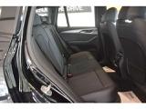 後部座席も広々とした空間でエアコン吹き出し口もございますので快適ですよ。