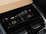 リア・シートヒーター及び4ゾーン・フルオートマチック・エアコンディショナー搭載により、乗員全員が快適な温度空間を実現します。