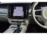 シフトノブの手前にはイグニッションスイッチやドライブモードセレクターなどをレイアウト