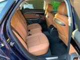 リアシートも足元広々です。アームレスト(ひじ掛け)もございますので、長時間のドライブも快適にお過ごし頂けます。