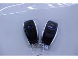 アクセスキーは携帯しているだけ、運転席か助手席の内側に触れるだけで解錠、あとはブレーキを踏んでプシュッスタートでエンジンスタート出来ます、便利ですね