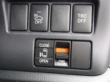 助手席側スライドドアは左側のスイッチを長押しすることで開閉できます!タクシーのようですね。このスイッチのほかにも「リモコンキーからの操作」と「ドアノブの操作」によって電動スライドします