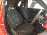 クラシックレーシングカーをモチーフにしたシートはホールド性が高く長距離運転向きでありながら刺激的です。