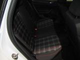 GTI伝統の赤チェックのシート。長時間の運転でも身体の疲れを軽減してくれる優れたシートです。