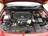 低燃費のクリーンディーゼルエンジンです!軽油を使うので燃料費を抑制することができますし、ターボ付きですので力強い加速を体感できます!