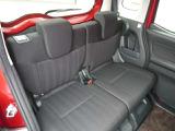 セカンドシートも広く足元もゆったりとしておりますので長距離ドライブもご安心ください。