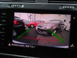 ギヤセレクターレバーをリバース(R)に入れると、リヤエンブレムに内蔵されたカメラが後方の映像をディスプレイに映し出し、またパークパイロットが作動し車両前進後退時の安全をサポートします。