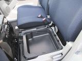 助手席シート下には収納スペースもついてます