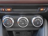 使いやすく見た目もスポーティな3連ダイヤル式スイッチのフルオートエアコンを装備しています!1年を通して室内を快適な温度に保ってくれます!更にシートヒーター&ステアリングヒーター付で冬も快適です!