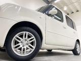 ホイルは14インチ社外アルミホイルになります。タイヤは夏冬セットでお付けしますので、余計な出費もかさまず安心です。タイヤサイズ175-65-14。