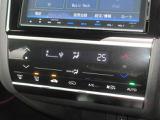操作部に静電式タッチパネルを採用したフルオート・エアコンディショナーも標準設定。Honda インターナビ同様、スマートフォン感覚の直感操作を実現しています。